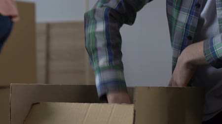 provést : Couple gathering stuff into boxes, moving from house, debts, financial problems Dostupné videozáznamy