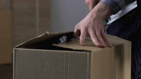 göndermek : Man unpacking carton box, checking order from online store, delivery service Stok Video