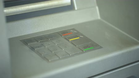 contraseña : Attacker stealing ladys personal code by removing fingerprints from atm keyboard
