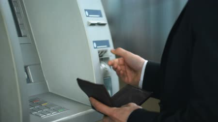 emperrado : Bank client having problem with ATM, card got stuck in reader, equipment error