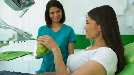 sensível : Dentist giving apple to patient, recommendations from specialist, oral health Vídeos