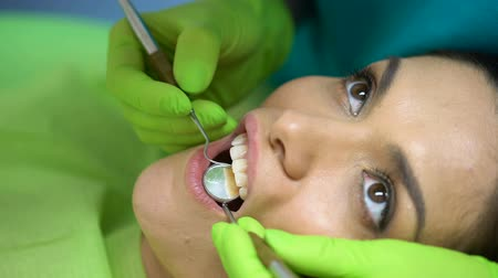 лечение зубов : Sealant placement on central incisor, cosmetic dentistry for chipped tooth Стоковые видеозаписи