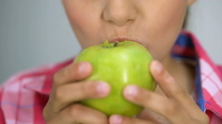 rekomendacja : Girl eating green apple, smiling with white healthy teeth, dental care concept