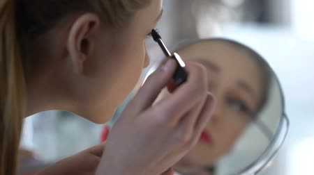 表示回数 : Beauty blogger testing new mascara to share her impressions with subscribers