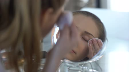 wizaż : Beautiful lady removing make-up before going to bed, quality cosmetics, trends Wideo