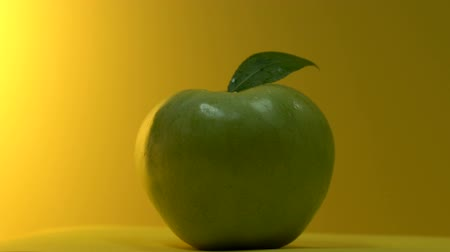 cidra : Fresh green apple turning around on table, selected fruits for juice production