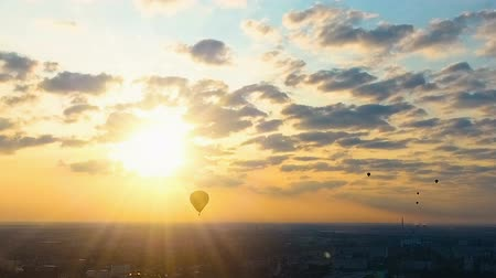 водород : Hot air ballooning, marvelous cloudy sky with bright sun, flight to meet dream