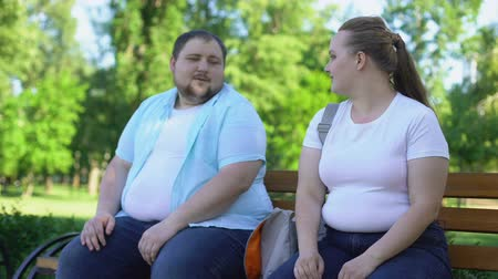erudite : Erudite obese man telling interesting stories to pretty girl, self-confidence Stock Footage