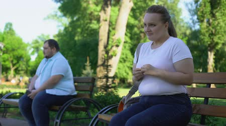 atender : Shy obese man and insecure woman afraid to get acquainted, inexperienced Stock Footage