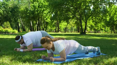 yaşama gücü : Fat people doing plank exercise, overcoming laziness and exhaustion, strong will