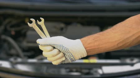 kurmak : Closeup of hand holding spanners, repairing car in garage, upgrading vehicle Stok Video