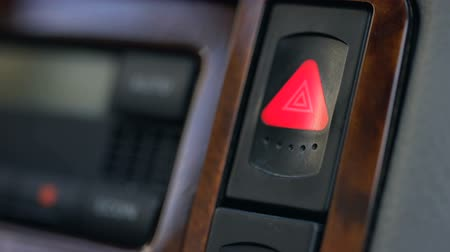 bouton d urgence : Male hand pressing emergency button in auto, stop by roadside, car accident Vidéos Libres De Droits