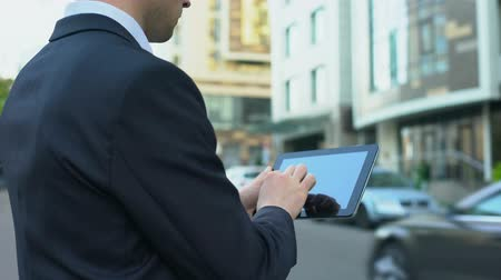 toegankelijkheid : Realtor typing email on tablet, waiting for house buyer, convenient technologies
