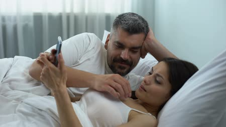 önlemek : Woman addicted to gadget, ignoring husband flirting in bed, relationship crisis