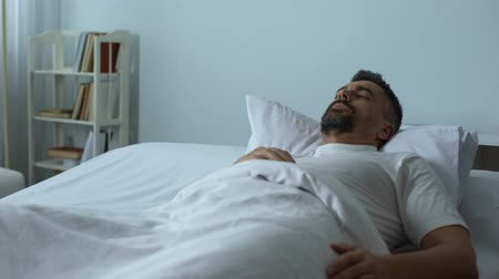 pesadelo : Man in bed seeing nightmares while asleep, former soldier dreaming about war