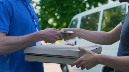 почтальон : Deliveryman receiving money for pizza transporting, food delivery.