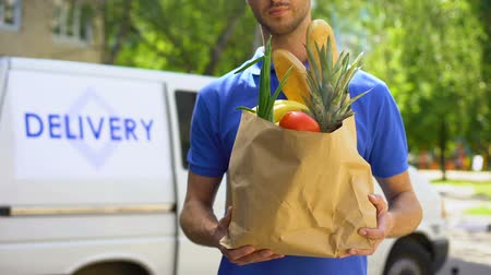 disposição : Market worker giving grocery bag, goods delivery service, express food order Stock Footage