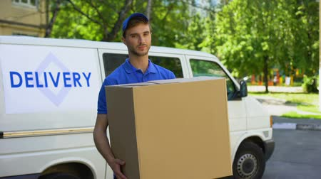 verhuizer : Deliveryman holding big cardboard box, household appliances transportation