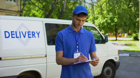 почтальон : Delivery man filling parcel blank, showing thumbs up, postal service, shipment