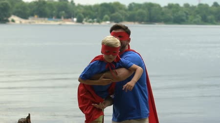 герой : Happy father and son playing superheroes, parenting, adventure in childhood