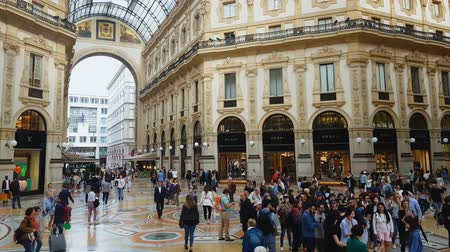 посетитель : MILAN, ITALY - CIRCA MAY 2018: Shopping in the city. Luxury shopping mall in Milan, visitors walking around, sightseeing in Italy