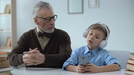 достигать : Grandfather shocked by grandson behavior, poor upbringing, disrespect for elders Стоковые видеозаписи