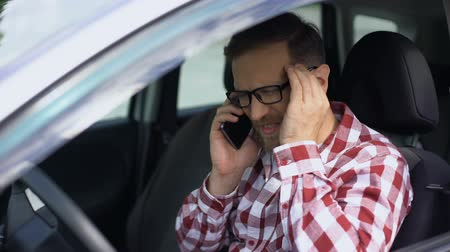 zayıf : Automobile driver talking on phone, suffering from strong headache, stress