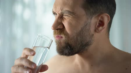 plaketa : Man rinsing tooth with water, hypersensitivity, sharp dental pain, gingivitis Dostupné videozáznamy