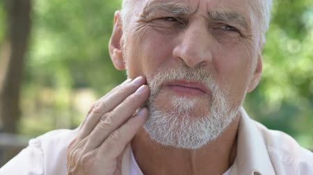plaketa : Retired man suffering from toothache, discomfort with implants, dental care Dostupné videozáznamy