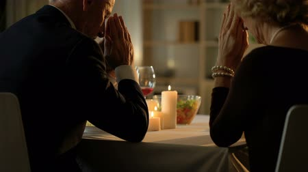 sedmdesátá léta : Old married couple praying before meal, sitting at table, Thanksgiving dinner Dostupné videozáznamy
