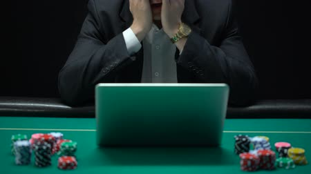 perdedor : Gambling addicted businessman in front of laptop, losing sport bet, bankrupt