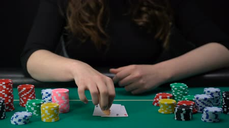 kumarbaz : Lucky lady player showing hand, aces pair combination, poker competition, casino