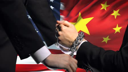 прикован : United States sanctions China, chained arms, political or economic conflict