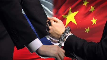 прикован : Russia sanctions China, chained arms, political or economic conflict.
