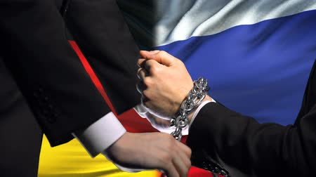 прикован : Germany sanctions Russia, chained arms, political or economic conflict.