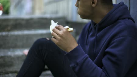 doação : Homeless orphan boy eating sandwich alone, poverty problem, charity donation