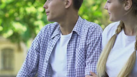 tentar : Nervous teens talking, lack of knowledge about relations . Stock Footage