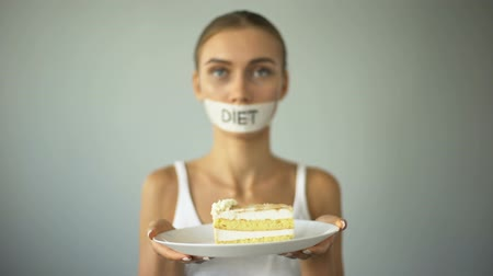 karbonhidratlar : Skinny girl refuses to eat cake, low-carb diet, obey advice of nutritionist