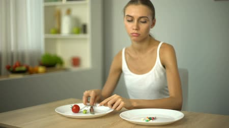szpinak : Girl eats spinach, looks at anti-obesity pills, drugs as easy way to lose weight
