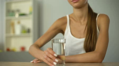 conserva : Smiling girl offers glass of water, keeps body hydrated, moisturized skin Stock Footage