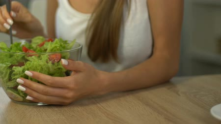srovnávat : Fit woman eating salad instead of cake, choice of healthy lifestyle, close up