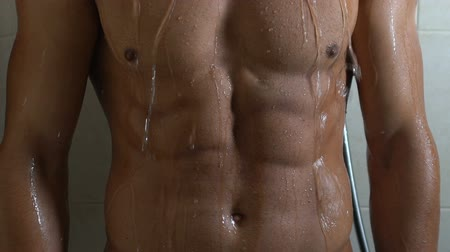 seduzir : Handsome man with sportive torso taking shower, healthy male body, masculinity