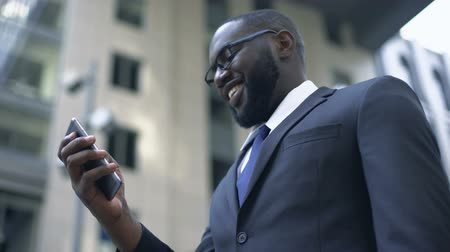 conveniente : Businessman excited with convenient app in smartphone, electronic organizer Stock Footage