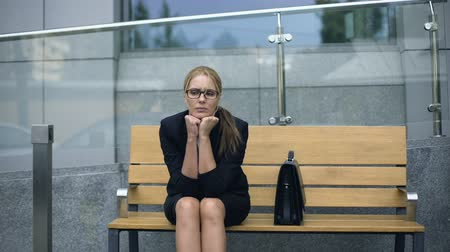 dificuldade : Female office employee sitting on bench, worrying bout troubles at work, stress Vídeos