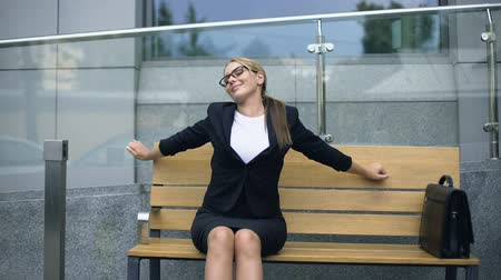 optimista : Attractive business lady resting on bench, admiring morning before stressful job