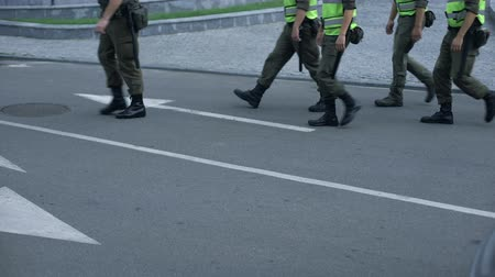 охранять : Military force maintains public safety during sport event or festival, patrol