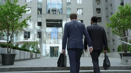 lobi : Coworkers walking to office center, discussing business project, cooperation Stok Video