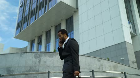 licenziamento : Businessman shouts in cell phone, stressed and overworked, deadline pressure