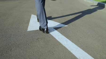 wijzer : Man walking along white arrow, person choosing own life path, going right way
