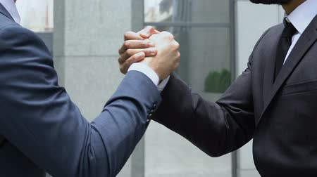 işbirliği yapmak : Strong male handshake, concept of partnership, colleague support, teamwork